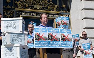 """图:8月29日,旧金山市府前""""拒绝水域建墙""""联盟的发起人高麟阁(Jon Golinger)在发言。(摄影:周凤临/大纪元)"""
