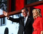 8月28日美國佛州坦帕市,羅姆尼及夫人在共和黨全國大會上向觀眾致意(Spencer Platt/Getty Images)