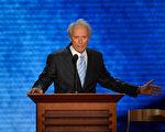 """2012年8月30日晚上,好莱坞传奇人物克林特.伊斯特伍德(Clint Eastwood )以""""神秘嘉宾""""身份现身,出席美国共和党全国代表大会,为罗姆尼助阵。(STAN HONDA / AFP)"""