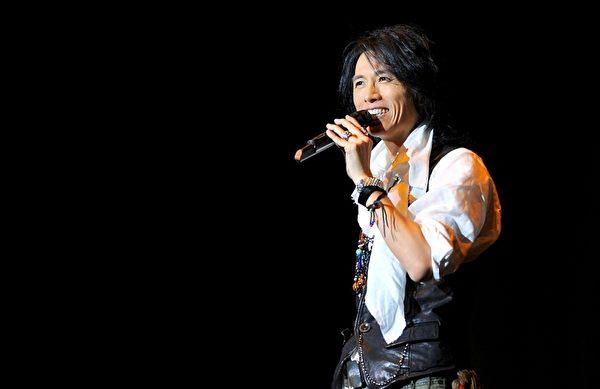 黄子华表演栋笃笑走红,2000年转战电视剧,被称为无线收视福将。(图/星艺娱乐提供)