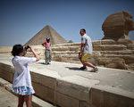 图为埃及金字塔与人面狮身像(Staff: Peter Macdiarmid / 2011 Getty Images)