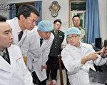 """没有任何医学背景的王立军向外科医生""""讲课""""。(""""追查""""国际提供)"""