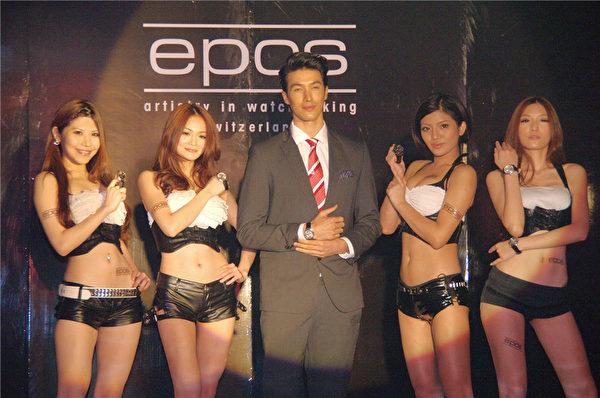 台湾高人气男模锦荣(中)为EPOS表代言。(摄影:黄宗茂/大纪元)