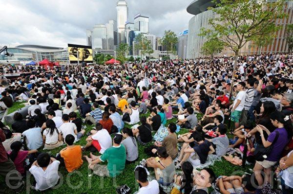 反对国民教育科大联盟,傍晚在添马公园集会,除学民思潮召集人黄之锋外,尚有艺人、歌手等上台发言或唱歌,现场气氛高涨。大会估计有数万名市民到场参与。(摄影:宋祥龙/大纪元)