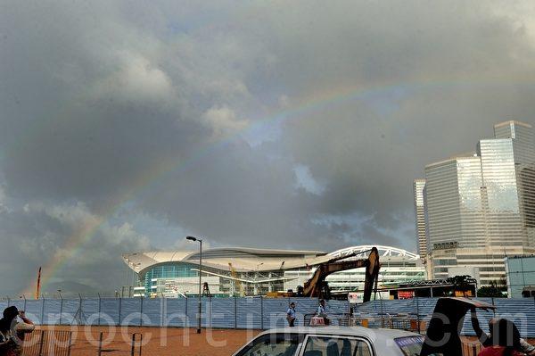 学民思潮成员占领政府总部的行动中,天气时好时坏,今天天空现双彩虹,像在说:加油。(摄影:宋祥龙/大纪元)