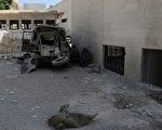 2012年9月2日,在敘利亞大馬士革一座軍事總部附近發生兩次爆炸,造成至少6名高級安全官員受傷。圖為阿布魯馬納區發生爆炸,車輛殘骸。(HO / SANA / AFP)