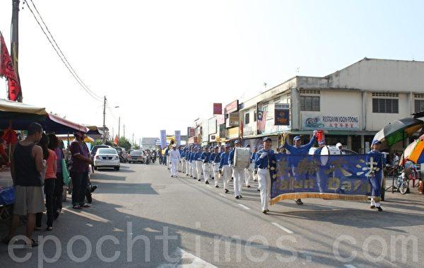 声援三退游行队伍沿途受到许多市民的关注。(摄影:滕飞/大纪元)