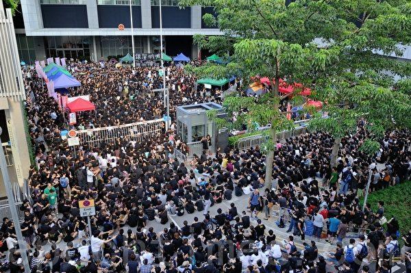 3日下午數千名到晚上聚集逾萬人反對國民教育科的市民,在政府部外集會,要求撤回國民教育科。(攝影:宋祥龍/大紀元)