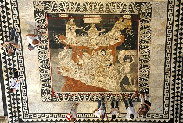 2012年9月2日,锡耶纳大教堂文艺复兴时期的马赛克地板。(FABIO MUZZI / AFP)