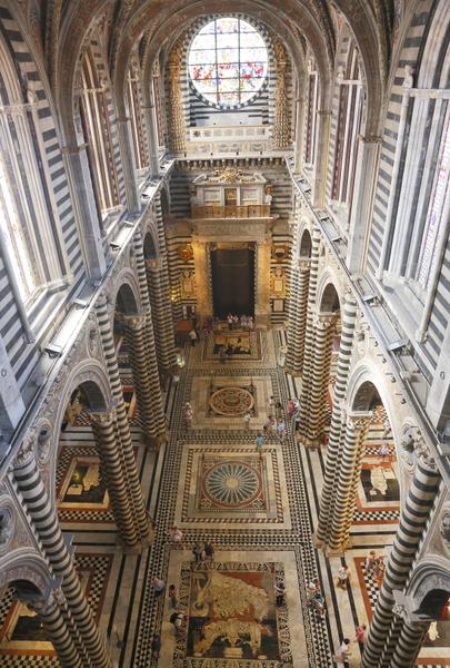 2012年8月30日,俯瞰锡耶纳大教堂文艺复兴时期的马赛克地板。(FABIO MUZZI / AFP)