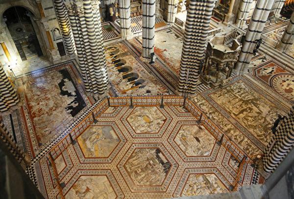 2012年8月30日,锡耶纳大教堂文艺复兴时期的马赛克地板。(FABIO MUZZI/AFP)