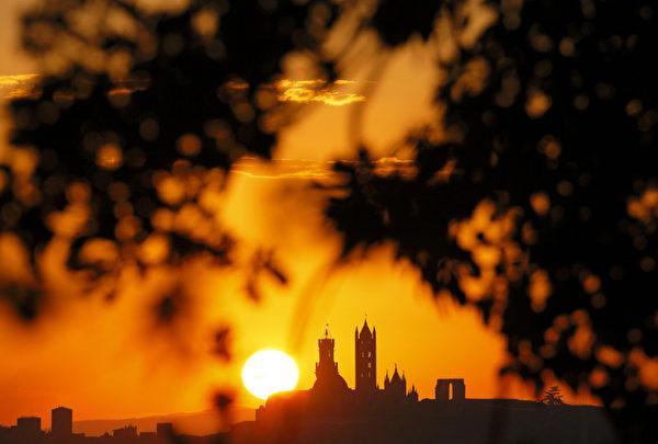 2012年8月30日,夕照下的意大利锡耶纳大教堂。(FABIO MUZZI / AFP)