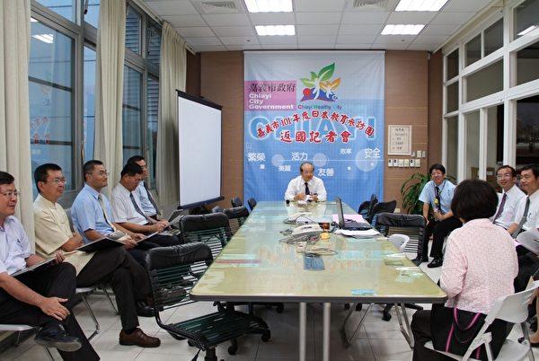 考察团成员与记者交流。(摄影:李撷璎/大纪元)