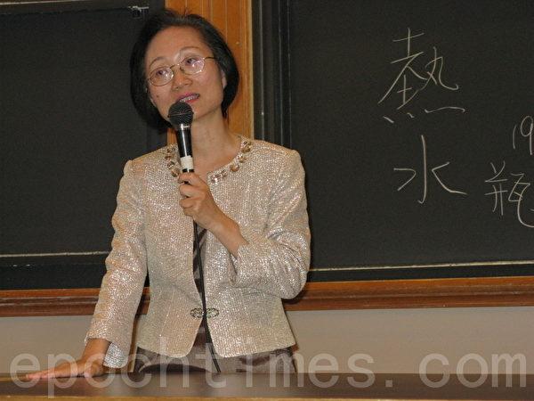 陈彦玲博士在MIT的演讲中发挥临场机智,以小游戏化解尴尬。(摄影:冯文鸾/大纪元)