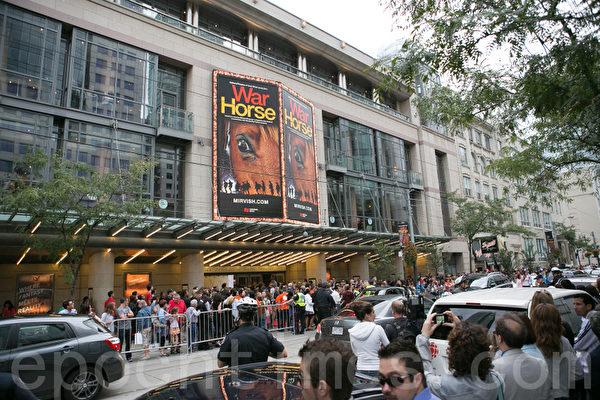 9月8日, 好萊塢大片《雲圖(Cloud Atlas)》在多倫多全球首映前,上千名粉絲與媒體把Wales公主影院團團圍住。(攝影:李莎/大紀元)