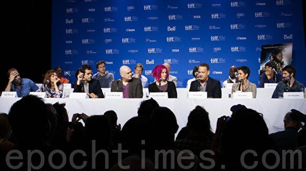 """9月9日,在多伦多国际电影节《云图》记者会上,周迅是唯一的华裔演员。她说相信轮回转世的存在,与好莱坞大牌演员合作使她""""很兴奋""""。(摄影:李莎/大纪元)"""