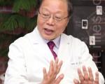 """开发出治疗鼻炎、哮喘、过敏性皮肤炎汤药""""便康汤""""的徐孝锡院长。(摄影:全宇/大纪元)"""