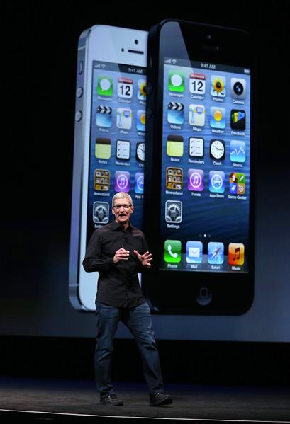 美国旧金山芳草地艺术中心于9月12日,举行iPhone5发布会,苹果CEO蒂姆‧库克(Tim Cook)在台上介绍iPhone5。(Justin Sullivan/Getty Images)