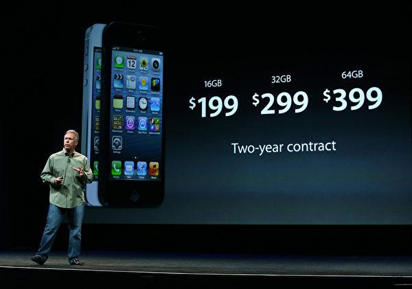 美国旧金山芳草地艺术中心于9月12日,举行iPhone5发布会,苹果高级副总裁菲尔‧席勒(Phil Schiller)在台上介绍iPhone5的价格,定价和以往相同 16/32/64GB 签约价分别为 199、299、399 美元。(Justin Sullivan/Getty Images)