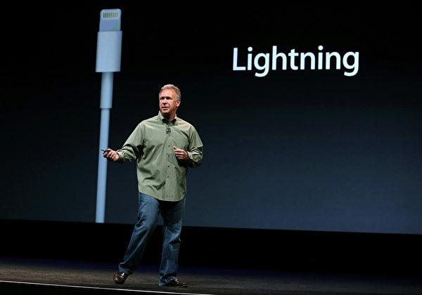 美国旧金山芳草地艺术中心于9月12日,举行iPhone5发布会,苹果高级副总裁菲尔‧席勒(Phil Schiller)介绍iPhone5的新接口取名为Lighting,体积比原接口小80%。(Justin Sullivan/Getty Images)