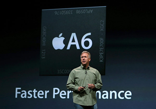 美国旧金山芳草地艺术中心于9月12日,举行iPhone5发布会,苹果高级副总裁菲尔‧席勒(Phil Schiller)在台上介绍iPhone5的A6芯片,CPU和GPU性能都比A5高出许多。(Justin Sullivan/Getty Images)