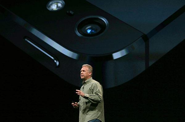 美国旧金山芳草地艺术中心于9月12日,举行iPhone5发布会,苹果高级副总裁菲尔‧席勒(Phil Schiller)在台上介绍iPhone5的摄像头。(Justin Sullivan/Getty Images)