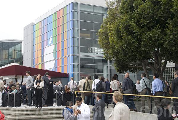 2012年9月12日,在旧金山芳草地艺术中心(Yerba Buena Center for the Arts)外,等待苹果(Apple)公司新品发布会的人们。(摄影:周凤临/大纪元)