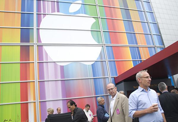 2012年9月12日,在旧金山芳草地艺术中心苹果公司新品发布会外景现场。(摄影:周凤临/大纪元)