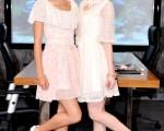 孟耿如(左)擺脫女保鏢帥氣服飾,改穿蕾絲洋裝出鏡,與余函彌雙姝比美。(圖/三立提供)