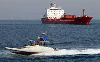 2012年7月2日一艘伊朗革命衛隊快艇在伊朗南部阿巴斯港的油輪前巡航。伊朗在想各種辦法突破美國對它的石油禁運。 (攝影:ATTA KENARE/AFP/GettyImages)