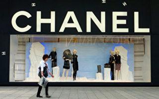 全球时尚典范的Chanel被一家小型纺织厂告倒,前日被裁定抄袭。图为Chanel门市。(LIU Jin/AFP)