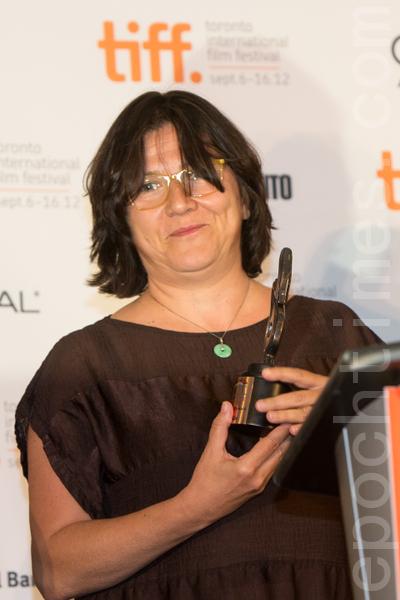 9月16日, 日本电影《希望之国》获首届最佳亚裔电影奖。东亚电影负责人Giovanna Fulvi代导演 Sion Sono领奖。(摄影:Evan/大纪元)