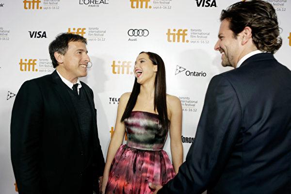 左起:获最受欢迎影片奖的《乌云背后的幸福线》导演David Russell 、主角Jennifer Lawrence与Bradley Cooper在多伦多走红地毯。(多伦多国际电影节提供)
