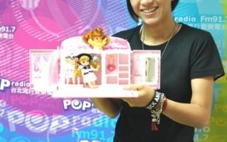 歌手张芸京9月16日应邀出席电台接受专访,在录音室里还玩起工作人员小孩的洋娃娃家组。(图/POP Radio提供)