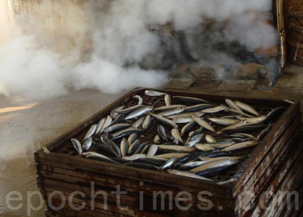 铺好的鱼,等待进入蒸气机,蒸熟约需10分钟,鱼体不易破损又鲜甜。(摄影:林秀霞 / 大纪元)