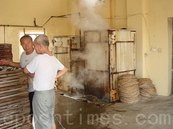 两台蒸气机轮番蒸鱼。(摄影:林秀霞 / 大纪元)