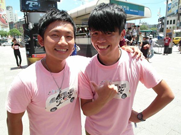 素人蔡阿嘎與主持人蔡昌憲(左)兩人去西門町PK人氣。(圖/三立提供)