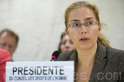 联合国人权理事会主席拉瑟瑞(Laura Dupuy Lasserre )女士主持9月18日上午的讨论。大约30个非政府组织的代表分别阐述了他们所关注国家和地区的广泛的人权问题。(联合国图片)
