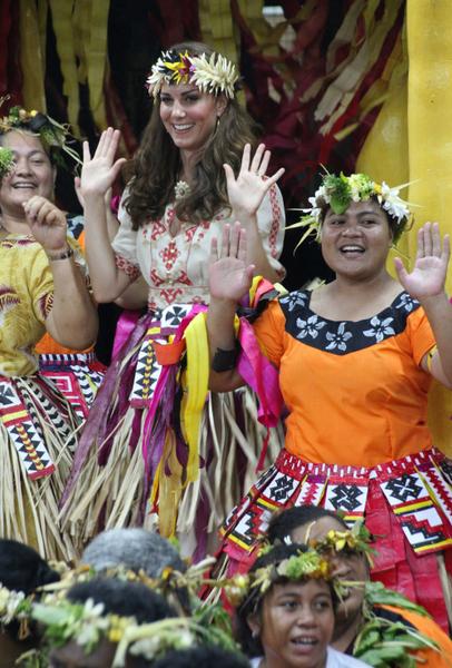 凱特王妃穿民族服飾與當地人共舞(AFP PHOTO / TONY PRCEVICH)