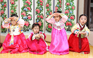 9月19日,韩国首尔市政府在首尔云岘宫为儿童组织传统礼仪教学。图为孩子们学习行大礼。(摄影:全宇/大纪元)