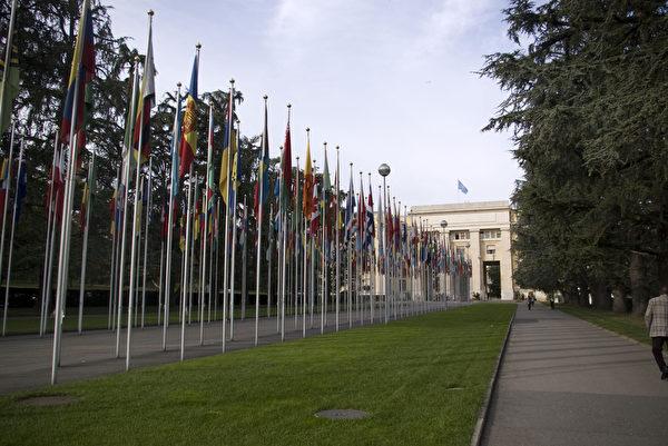2012年9月19日,讲述法轮功学员受迫害与器官被活摘及盗卖的两部在国际上获大奖的影片《自由中国:有勇气相信》、《生死之间》在日内瓦联合国人权理事会大会的会场——万国宫内放映。放映会吸引了联合国人权会议的多位各国代表,非政府组织代表前来参加。图为日内瓦联合国万国宫外。(摄影:董韵/大纪元)
