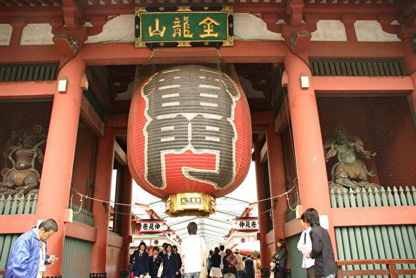 """浅草寺的大门有一书写""""雷门""""的巨型灯笼。(摄影:李星宇 / 大纪元)"""