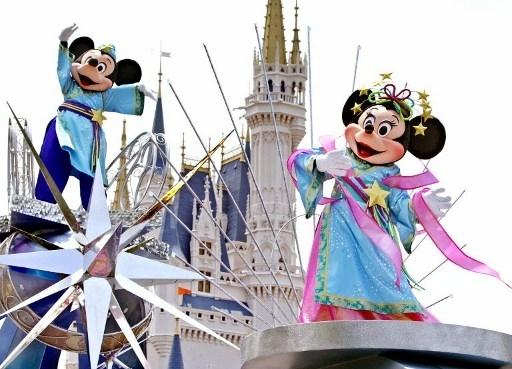 在迪士尼乐园经常可以看到米老鼠等卡通明星。(PHOTO by YOSHIKATSU TSUNO / AFP)