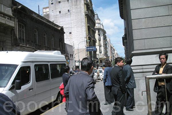 事件发生前所摄,不敢面对镜头的华人是打手暴徒的头目。(摄影:Carlos Carbone/大纪元)