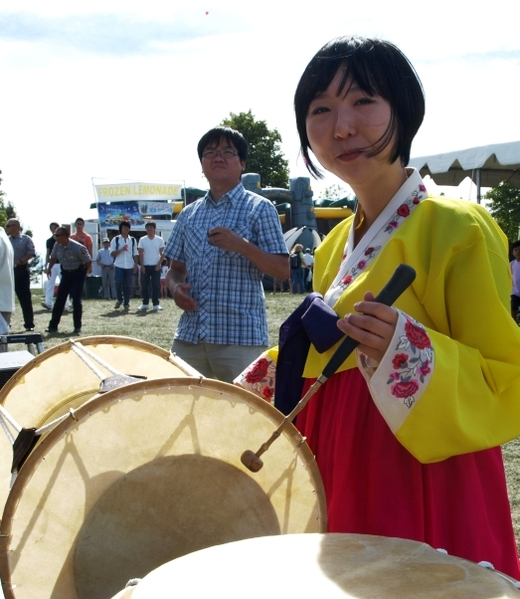 身着韩国服饰的一位女士演示敲长鼓。(摄影:亦平/大纪元)