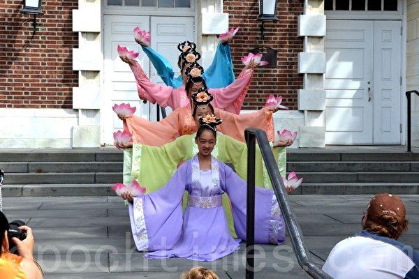 大費城明慧中文學校學生在表演蓮花舞。(攝影:良克霖/大紀元)