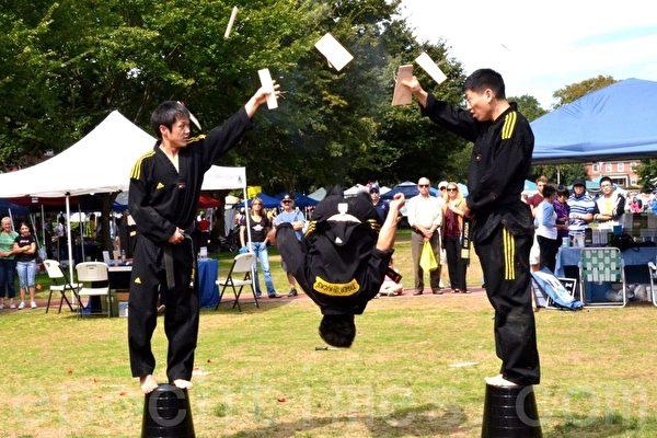 「虎踢」(Tiger Kicks)跆拳道隊員在現技。(攝影:良克霖/大紀元)