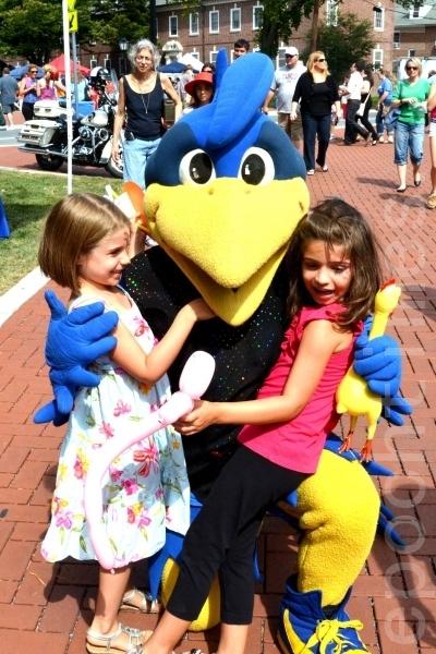 小朋友與德拉華大學吉祥物藍母雞(Blue Hen)合影。(攝影:良克霖/大紀元)