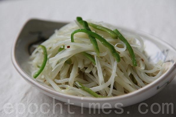 尖椒土豆丝(摄影: 新唐人电视台 提供)