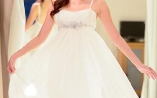 袁艾菲为戏披婚纱 称露背是最大限度